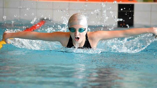 JEDENÁCTILETÁ plavkyně náchodského Delfína, Petra Lemfeldová, vybojovala v domácím závodě O pohár rytíře Hrona hned pět nejcennějších kovů.