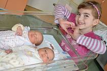 ZUZANA A STANISLAV PROUZOVI se narodili 8. února rodičům Ivě a Stanislavovi z Červeného Kostelce. Staník (vlevo) přišel na svět v 17.25 hod., vážil 2930g a měřil 46cm. Zuzanka se narodila v 17.26 hod., vážila 2925g a měřila 49cm. Doma mají 3 sourozence.