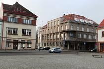 Na únorovém zasedání zastupitelé rozhodli záměru prodeje dvou historických budov v samotném srdci Hronova (na snímku) výstavbě nové radnice.