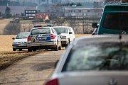 Pátrání po 45letém muži z Nového Města nad Metují, který odjel z domova autem a dosud o sobě nepodal zprávy.  Policie pouza našla na louce u Přibyslavi jeho automobil. Do akce byl nasazen i vrtulník.