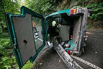 Automobil se převrátil při nehodě přes střechu a zůstal ležet na boku mimo komunikaci. Zpět na kola ho dostali hasiči.