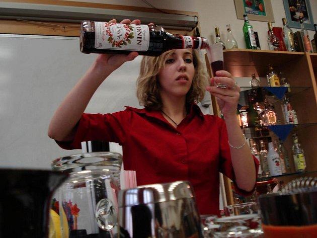 Alkoholické drinky i nápoje bez alkoholu připravovala také studentka Pavlína Kobrová (na snímku), která na začátku týdne zvítězila v Brněnském vánočním poháru.