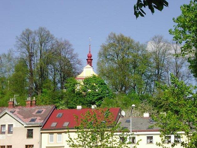 Malebná kaplička je velmi dobře vidět z Plhovského náměstí.
