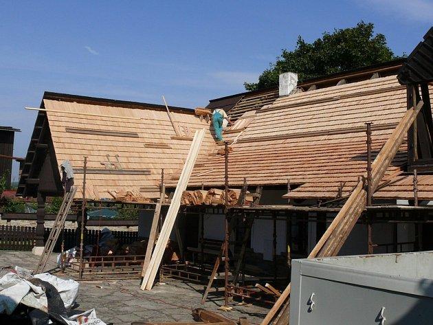 V areálu Barunčiny školy byla i na zadní budově vyměněna střech a potom  byl šindel natřen.
