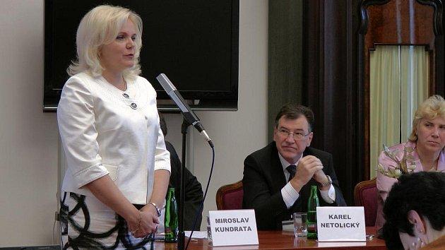 BROUMOV MĚSTO STROMŮ. Libuše Růčková, dosavadní starostka Broumova a další účastníci pondělního slavnostního setkání na půdě Senátu PČR.
