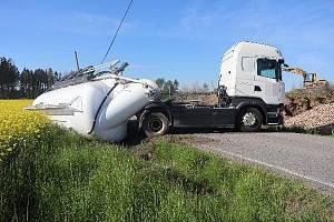Kamion se odporoučel i s krajnicí.
