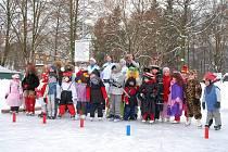 Z karnevalového odpoledne na ledě.
