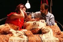 """Ve Víkendu spolu do postele """"hupsli"""" Markéta Tomková a Jan Brož. Inscenaci v premiéře vidělo zcela zaplněné divadlo."""