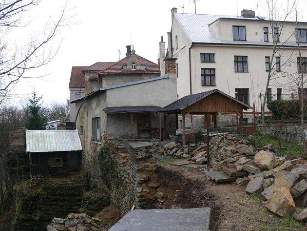 STAV skalních útvarů pod částí ulice Nádražní se zhoršil. V ohrožení jsou tři domy.