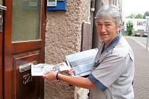 MIROSLAVA BERANOVÁ roznáší každý den poštu v ulicích Police nad Metují. Práce, v níž působí od roku 1987, ji stále baví.
