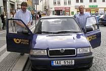 JIŽ TŘETÍM ROKEM usedají Zdeněk Baudyš (vpravo) a Petr Pavlis společně za volant poštovního vozu.