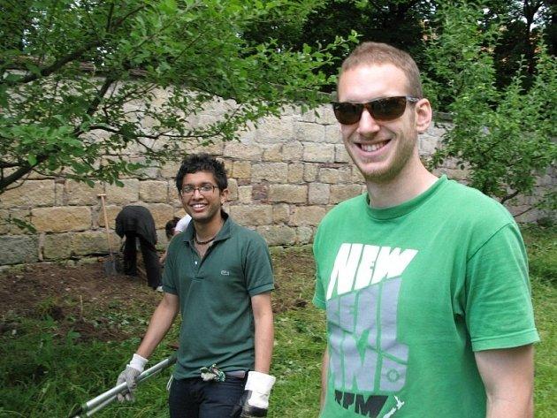Studenti z různých koutů světa zvelebovali zahradu.