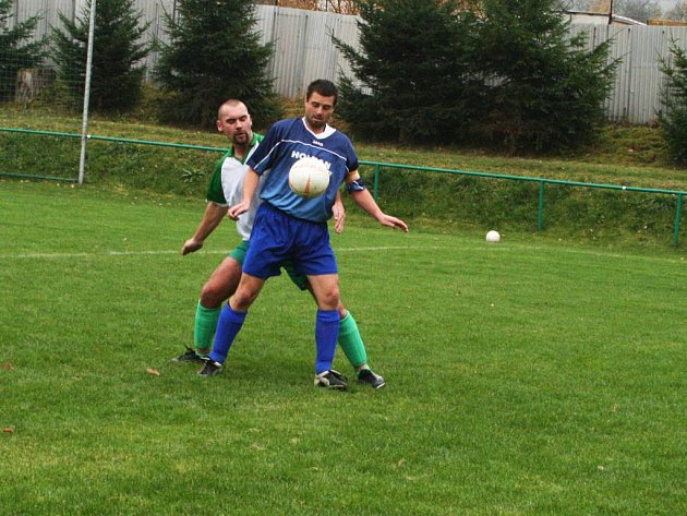 Zatímco se fotbalisté Hronova (v modrém u míče) rozloučí s podzimem na hřišti soupeře, Babí (vzadu) čeká domácí loučení.
