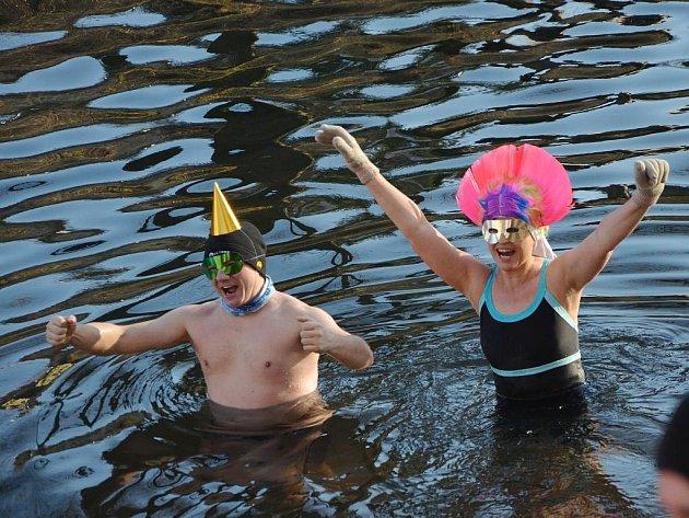 Otužilci se na Silvestra v Náchodě rozloučili se starým rokem v řece Metuji.