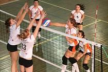 Prvoligové náchodské juniorky (v útoku) vstoupí dnes do jarní části domácími zápasy s Pardubicemi.