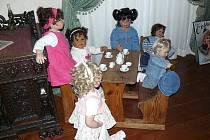 Výstava starých panenek a kočárků zaměřená na historické proměny těchto nejrozšířenějších hraček je k vidění v jedné z expozic náchodského zámku.