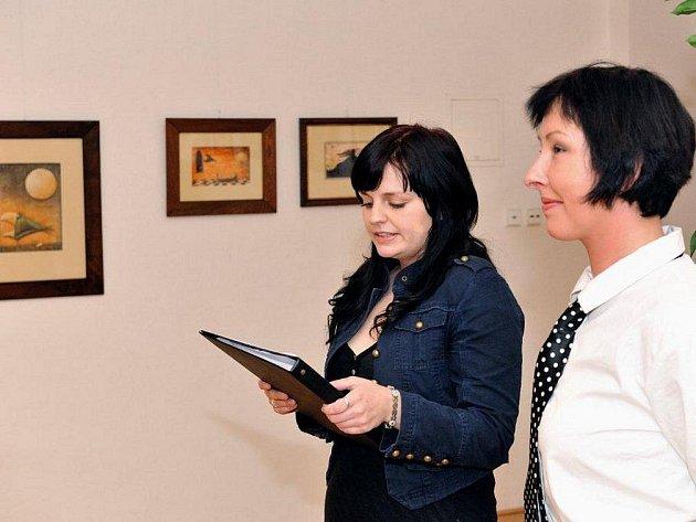 Na vernisáži ve Staré radnici ho zastupovala jeho manželka (zcela vpravo).