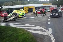 Auto skončilo na střeše, zranění v péči záchranářů.