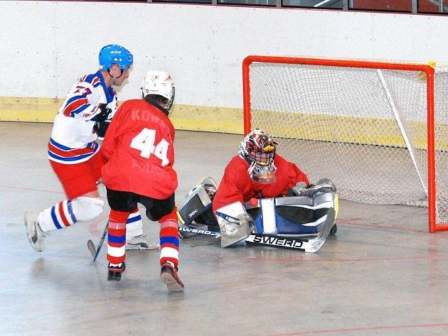 Celkem osmkrát se podařilo hokejbalistům NA Rangers Hronov pokořit brankáře přeloučské rezervy.