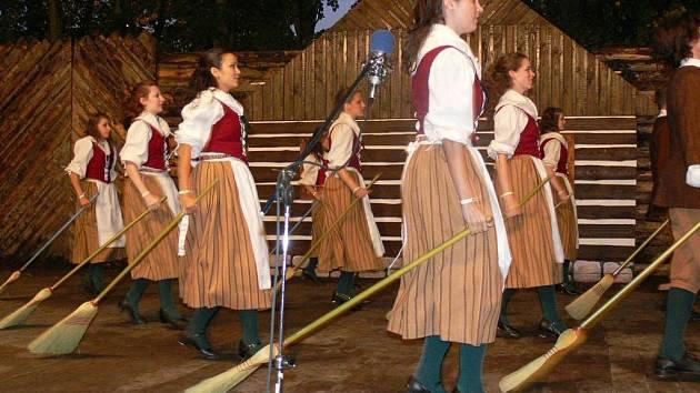 SOUBOR Z KANADY věnoval své první vystoupení na festivalu i tanci s košťaty. Účinkující se oblékli do kostýmů, které se nosily v  období osídlování Ameriky.