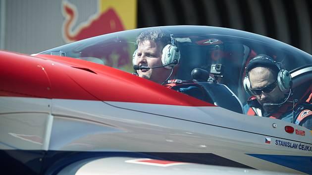 """Redaktor Deníku Petr Vaňous v kokpitu letadla: """"Chystáme se na start. To ještě netuším, co mě ve vzduchu vůbec čeká."""""""