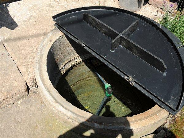 Vobecní studánce, která měla být původně zrušena ive studních se obyvatelům Semonic ztrácí voda.