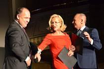 STAROSTA JAN BIRKE ve společnosti moderátorů Jitky Asterovéa Karla Voříška během finále soutěže Muž roku.
