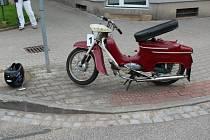 Střet motocyklu Jawa 50 a auta Chrysler Grand.