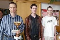 TŘI NEJLEPŠÍ Z NIKI OPEN 2011: vlevo vítěz Vitalij Koziak s pohárem starosty, uprostřed bronzový Alexej Kislinsky, vpravo stříbrný Jan Sodoma.