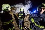 ŠEST JEDNOTEK HASIČŮ bojovalo ve středu do pozdních večerních hodin s požárem stohu v obci Všeliby.