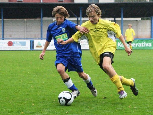 Smolné utkání odehráli v Kolíně starší žáci (v modrém), kteří i přes výraznou převahu nakonec nebodovali.