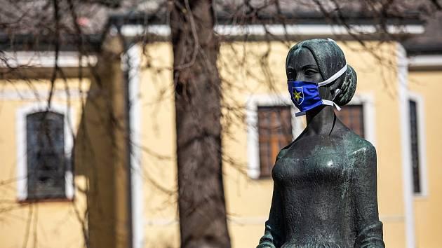 Sochy v kraji dostávají roušky - například ta Boženy Němcové v České Skalici.