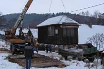 Nové bydlení poskytne Svatoslavě Kuchařové, jíž vzaly před několika dny plameny střechu nad hlavou,  bývalá stavební buňka. Ta je již dokonce od včerejška napojena na elektřinu.