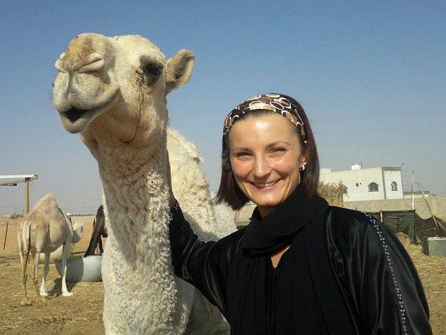Markéta Klemmová na velbloudí farmě.