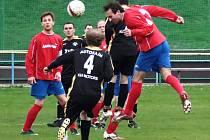 NOVOMĚSTSKÝ stoper Pavel Zákravský (v červeném) dává hlavou druhý gól svého týmu. Nové Město nakonec v Mladých Bukách vyhrálo jednoznačně 6:0.