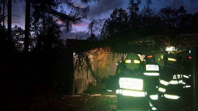 Dobrovolní hasiči zMeziměstí v18:38 hodin odstranili strom zgaráže vJiráskově čtvrti vMeziměstí.