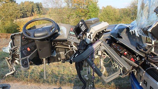 Náraz vytrhl řidiči volant z rukou. Hledají se svědci nehody.
