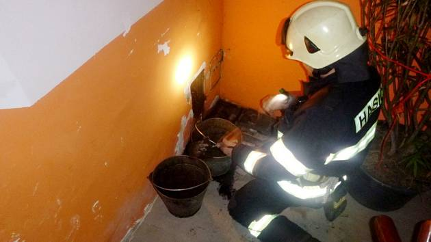 Požár v komíně bytového domu v broumovské části Velká Ves.