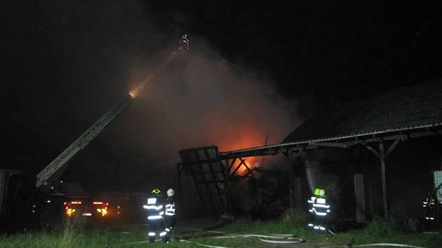 Požár skladovací haly v Žernově na Náchodsku.