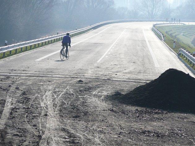SMUTNÝ je pohled na nedostavěný silniční obchvat České Skalice. Sice po třičtvrtěmiliardové investici nejezdí automobily, ale zato je hojně využíván rekreačními sportovci, například k jízdě na kole.