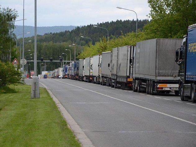 Kolona kamionů před hraničním přechodem v Bělovsi.