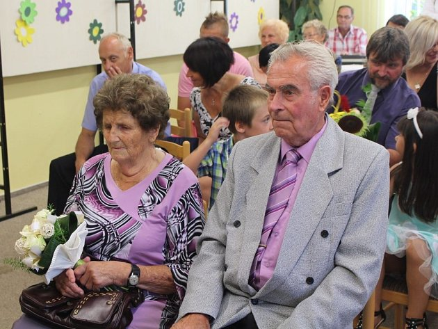 MANŽELÉ Truněčkovi si šedesátileté výročí svatby užívali. Po obci je vozilo koňské spřežení.