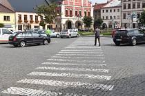 Návrh úpravy řešení dopravy a parkování by zrušil přímý průjezd skrz náměstí, ale zároveň udělal v centru města v podstatě velký kruhový objezd po obvodu náměstí. A to se zdejším obchodníkům vůbec nelíbí.