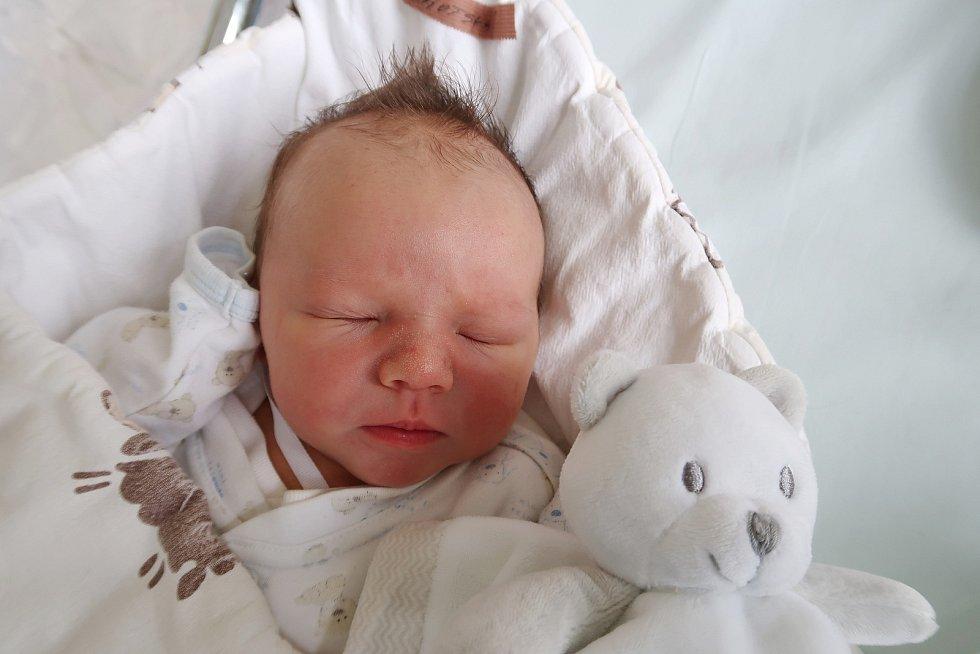 Štěpán Lhotský je prvním děťátkem manželů Lucie a Pavla z Velichovek. Chlapeček se narodil 21. října 2019 ve 14,55 hodin, vážil 3775 gramů a měřil 52 centimetrů.