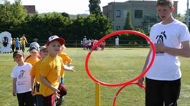V RÁMCI dvoudenní akce s názvem Grassroots day se na běloveské umělé trávě prostřídalo na šest stovek dětí.