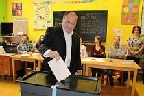 Náchodský starosta Jan Birke, který se do boje o poslanecké křeslo pustil jako čtyřka kandidátky sociální demokracie, odvolil ve čtyři hodiny spolu s manželkou v základní škole na Babí.
