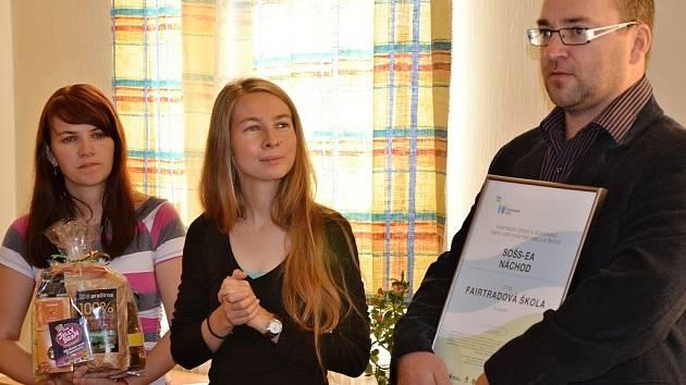Titul převzali ředitel školy David Hanuš na snímku spolu s Hanou Havlovou (uprostřed) a Darinou Tyčovou (vlevo).