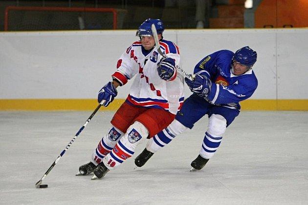 Kapitán Náchoda Vlasta Vondřejc si ukázkově kryje puk před dotírajícím hráčem Jaroměře.