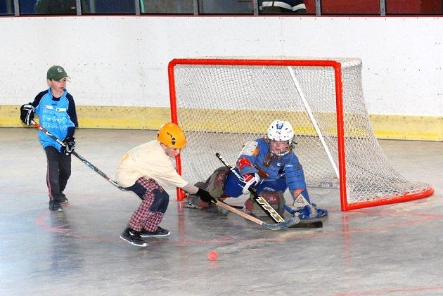Hráč základní školy z Dolní Radechové se snaží dát čestný úspěch svého týmu proti ZŠ z Hronova.