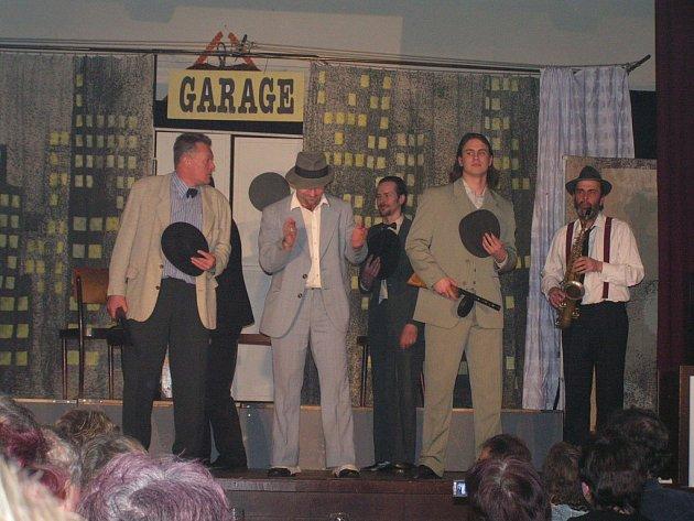 Komedii  odehrávající se v Chicagu 30. let minulého století zhlédlo i publikum v Suchém Dole.